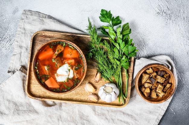 Sopa borsch de especialidade russa com beterraba e creme de leite.