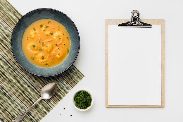 Sopa brasileira de camarão plano