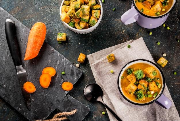 Sopa caseira de creme de cenoura, com bolachas de pão