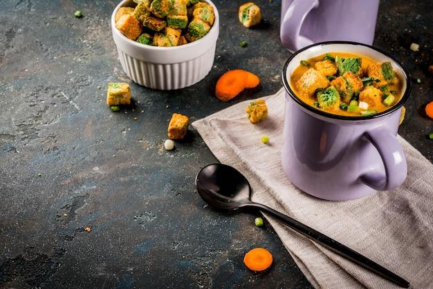 Sopa caseira de creme de cenoura em puré