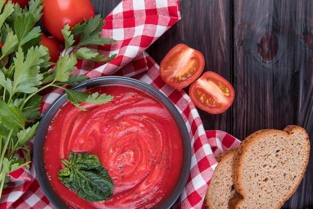 Sopa caseira de creme de tomate e fatias de pão