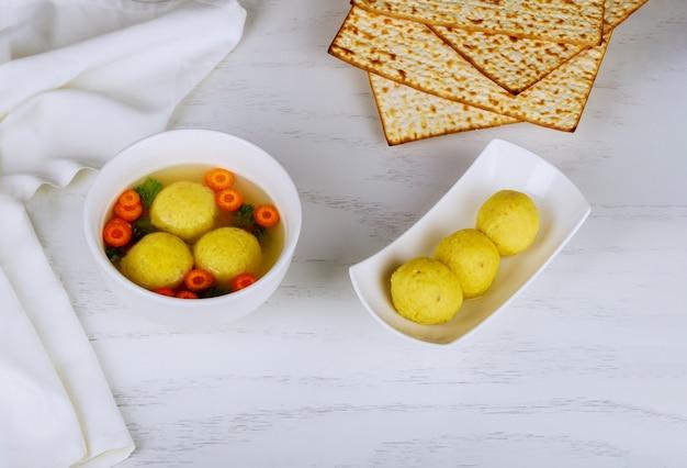 Sopa caseira deliciosa de bola de matzo, cozinha tradicional judaica