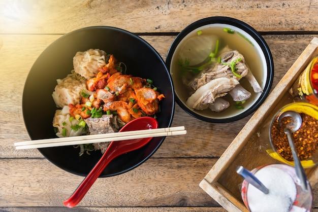 Sopa chinesa do osso da carne de porco do macarronete com condimentos tailândia