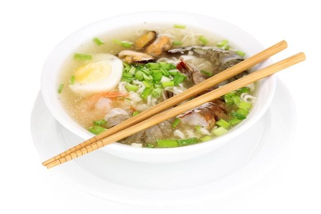 Sopa chinesa isolada no branco