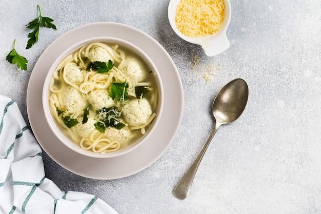 Sopa com almôndegas de frango e pasta de ovo