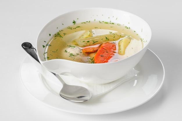 Sopa com almôndegas de peru, batatas e legumes. foco seletivo