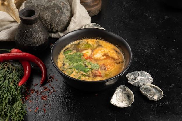 Sopa com camarão, frutos do mar e vegetais