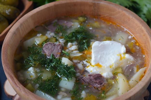 Sopa com carne bovina, pepinos em conserva e cevada rassolnik