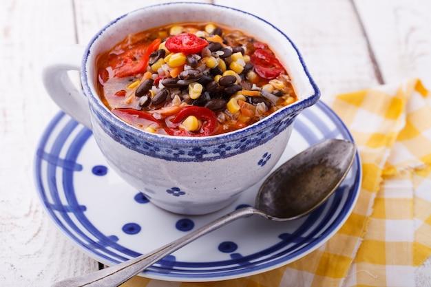 Sopa com feijão preto, trigo mourisco, pimenta vermelha e milho.