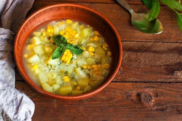 Sopa com milho e legumes (primeiro prato, prato vegetariano)