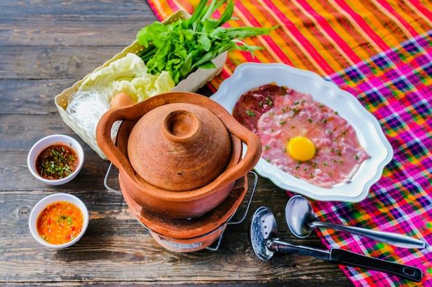 Sopa com pote de porco pote quente estilo tailandês