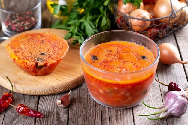 Sopa congelada em uma mesa de madeira, alimentos congelados, foco seletivo,