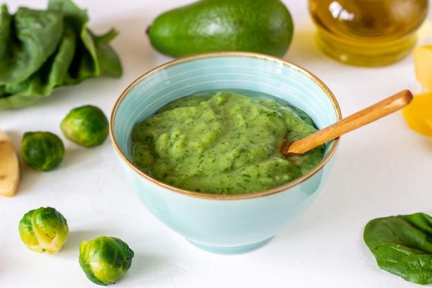 Sopa creme com abacate, espinafre e queijo superfície branca