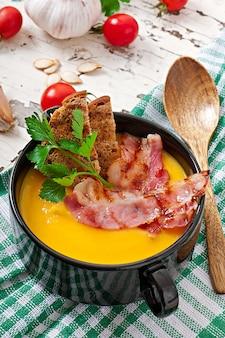 Sopa creme de abóbora com bacon e croutons