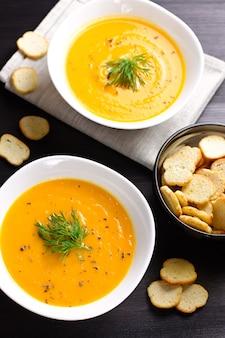Sopa creme de abóbora com croutons e endro fresco e salsa