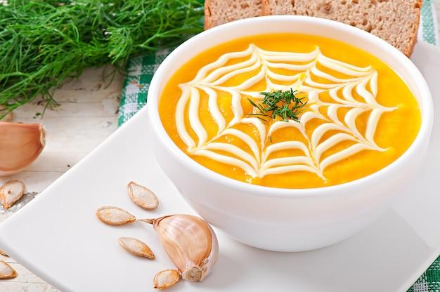 Sopa creme de abóbora com molho de creme de leite
