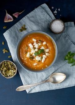 Sopa creme de abóbora com queijo feta, comida caseira de outono