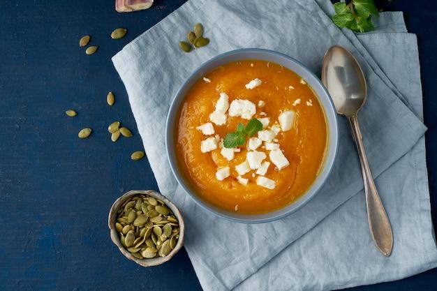 Sopa creme de abóbora com queijo groat, outono comida caseira
