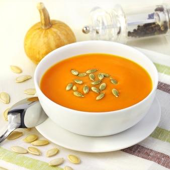 Sopa creme de abóbora com sementes de abóbora
