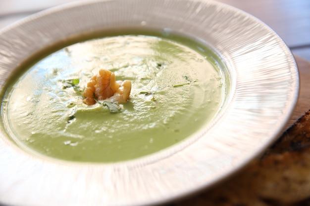 Sopa creme de brócolis na mesa de madeira