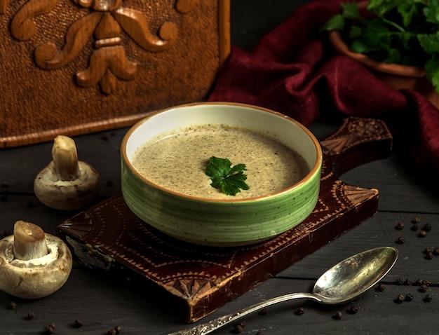 Sopa creme de cogumelos em cima da mesa