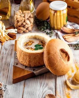 Sopa creme de cogumelos gourmet em uma tigela de pão