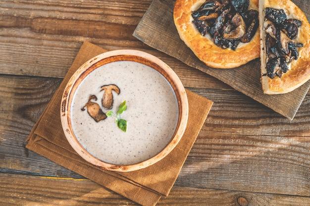 Sopa creme de cogumelos selvagens com focaccia de cogumelos