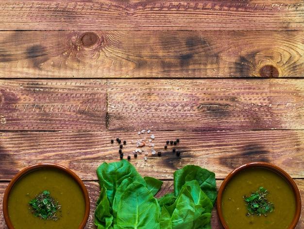 Sopa creme de espinafre com aspargos, sobre fundo de madeira