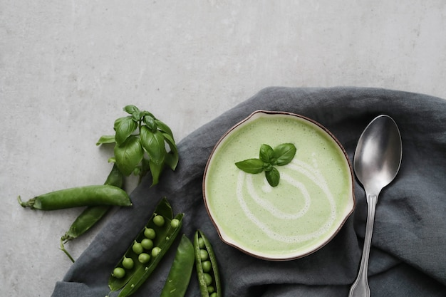 Sopa creme de feijão verde em uma tigela