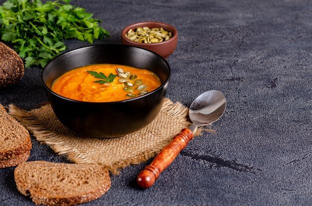 Sopa creme de outono vegetariana de abóboras e cenouras com sementes e salsa