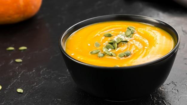Sopa creme vegetariana com abóbora e sementes em tigela preta