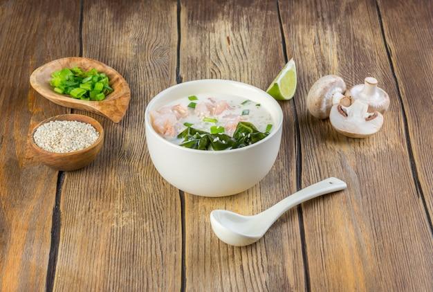 Sopa cremosa com camarão