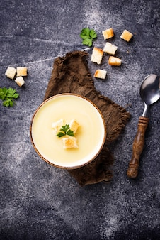 Sopa cremosa com couve-flor e crouton