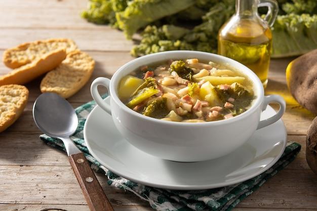 Sopa cremosa da toscana em tigela sobre mesa de madeira