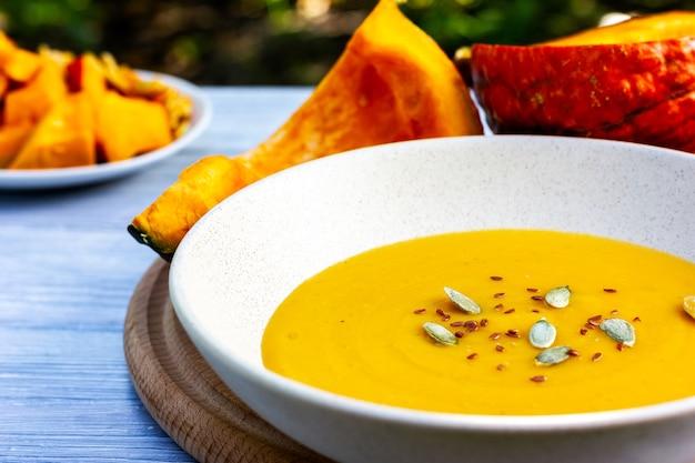 Sopa cremosa de abóbora em um dia ensolarado de verão com café da manhã vegetariano saudável