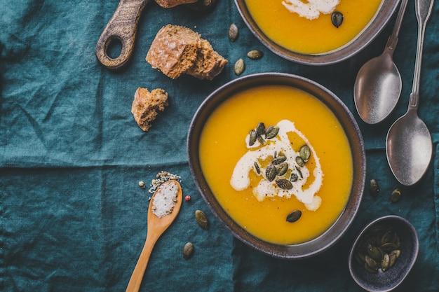 Sopa cremosa de abóbora outono em tigelas
