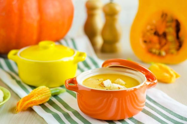 Sopa cremosa de abóbora para o dia de ação de graças