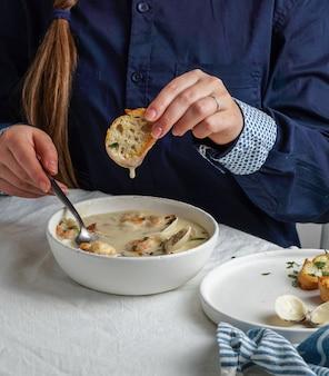 Sopa cremosa de amêijoas com camarão e batata