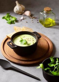 Sopa cremosa de brócolis, comida e ingredientes de inverno