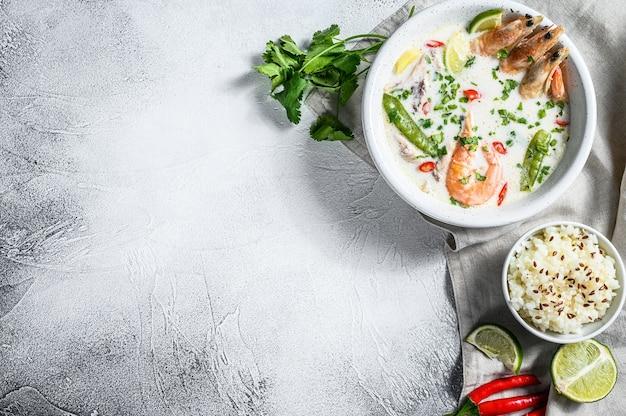 Sopa cremosa de coco picante com frango e camarão