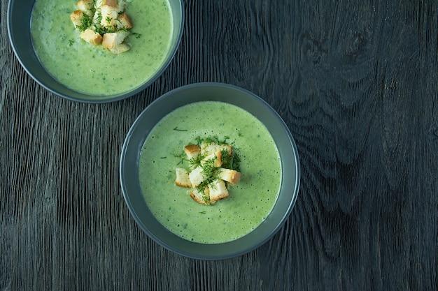 Sopa cremosa de espinafre com bolachas, ervas e sementes de chia