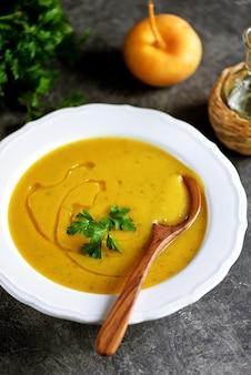 Sopa cremosa de nabo, abóbora, aipo e cenoura