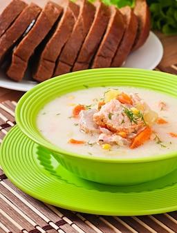 Sopa cremosa finlandesa com salmão