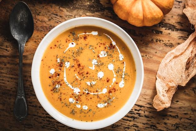 Sopa de abóbora assada com cenoura com creme e sementes de abóbora