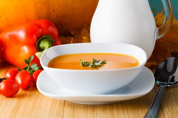 Sopa de abóbora com abóbora fresca