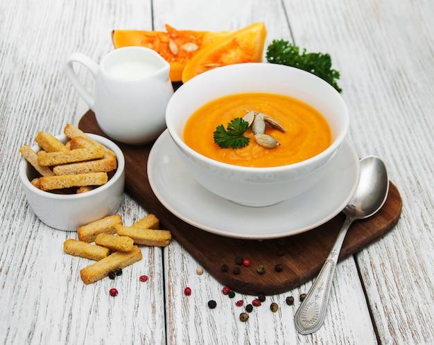 Sopa de abóbora com abóboras frescas