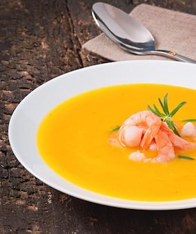 Sopa de abóbora com camarão e alecrim