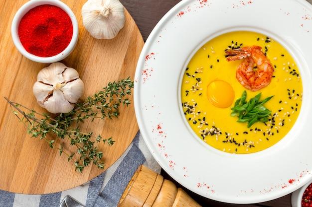 Sopa de abóbora com camarão