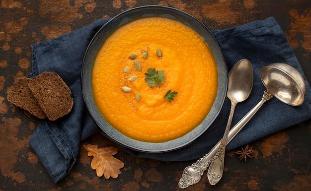 Sopa de abóbora com comida de outono e talheres