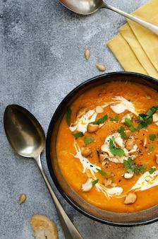 Sopa de abóbora com creme de caju e salsa